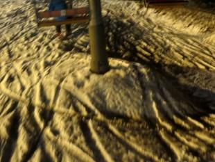 リフトの鉄柱の横に台形上地形が!