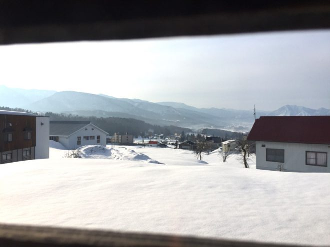 朝起きて窓からの景色。1日中ピーカン。