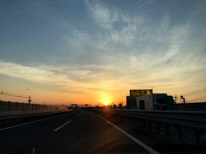 早朝の朝焼けの高速道路は気持ちいい