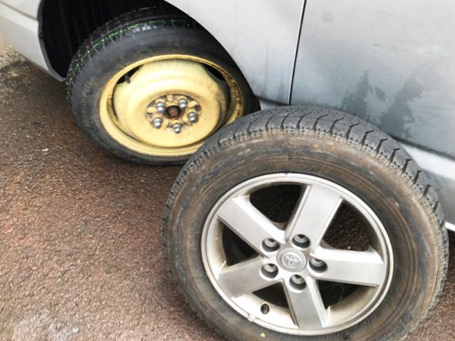 落石に当たってパンクしたタイヤ。