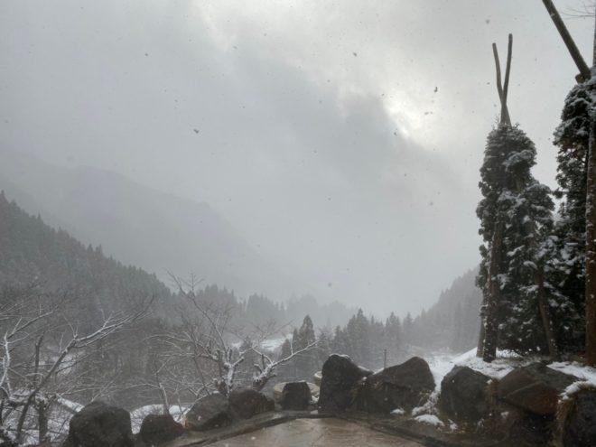 明るい馬曲温泉の景色